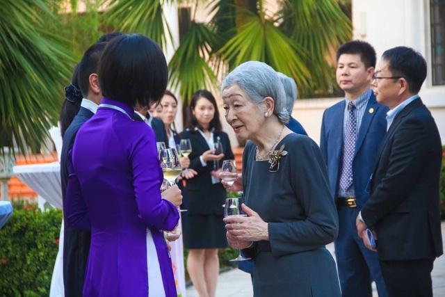 Hoàng hậu gặp gỡ và trò chuyện cùng các tình nguyện viên JICA ở sân vườn khách sạn