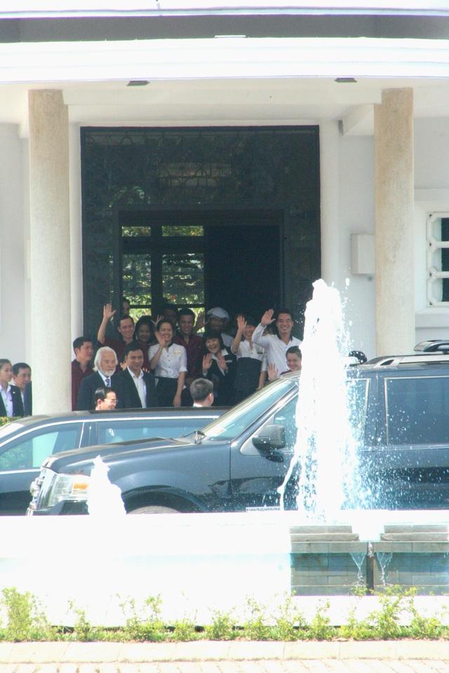 Nhân viên khách sạn La-Residence tạm biệt Nhật hoàng và Hoàng hậu rời Huế - Việt Nam vào trưa ngày 5/3