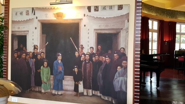 Một bức tranh ở sảnh khách sạn nội dung về việc đón tiếp thượng khách lúc xưa
