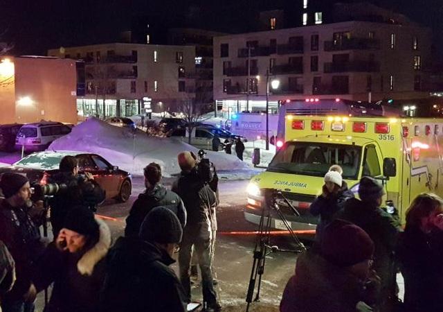 Xe cứu thương bên ngoài Trung tâm Hồi giáo thành phố Quebec, Canada vào tối 29/1 (Ảnh: Reuters)
