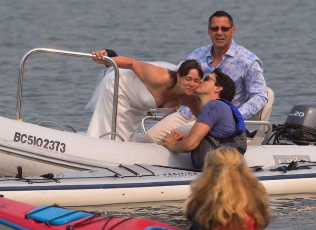 Ông Trudeau thân thiện giao lưu với cặp đôi đang làm đám cưới khi đang chèo thuyền Kayak (Ảnh: Adam/ Twitter)