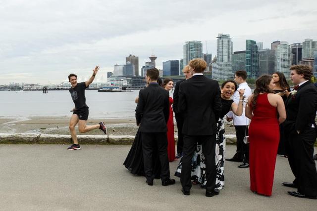 Ông Trudeau thân thiện vẫy tay chào người dân khi đang chạy bộ tại công viên (Ảnh: Reddit)