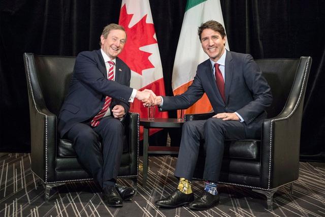 Ông Trudeau tiếp Thủ tướng Ireland Enda Kenny tại Canada với đôi tất thú vị (Ảnh: AP)