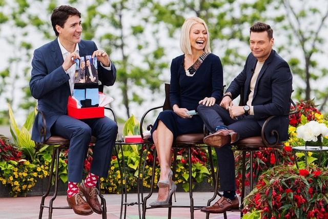 Đôi tất hình lá phong của ông Trudeau (Ảnh: AP)