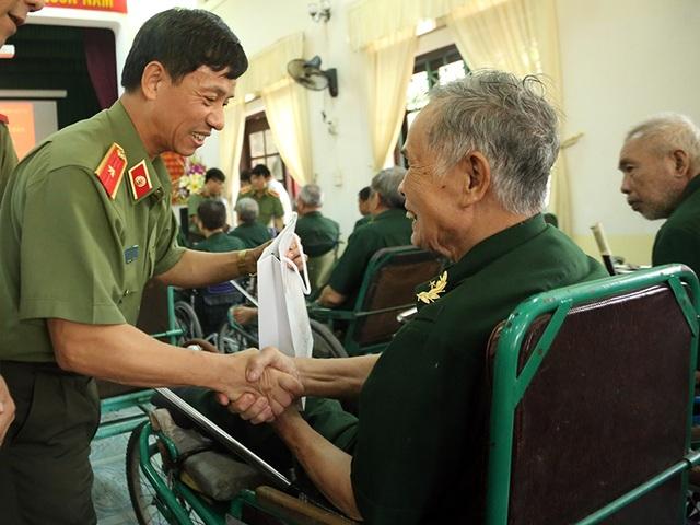 Thầy trò Học viện An ninh tri ân các cựu chiến binh tại Hà Nam - 5