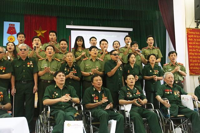 Các bác cựu chiến binh hòa giọng hát cùng tuổi trẻ Học viện An ninh Nhân dân