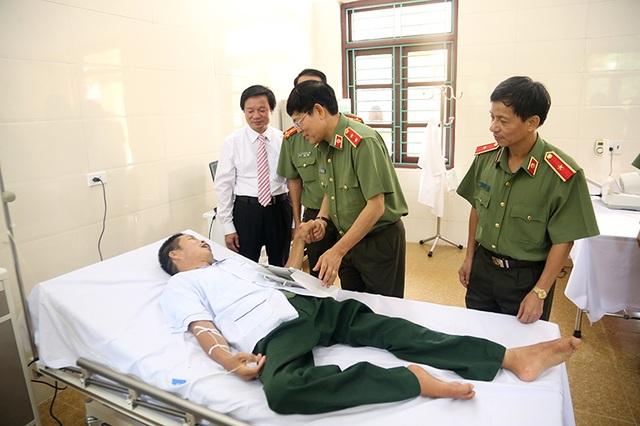 Ban lãnh đạo và các học viên của Học viện đã chia sẻ sự khó khăn trong cuộc sống của các thương, bệnh binh đang điều trị tại trung tâm
