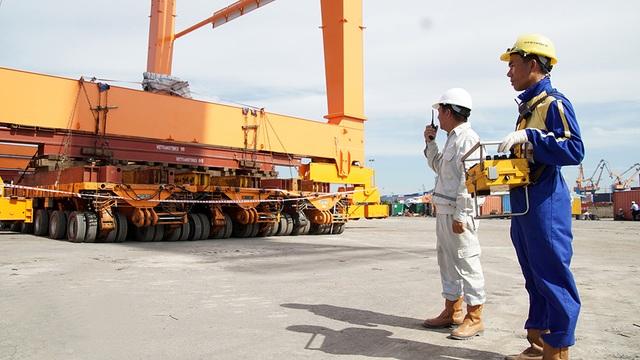 Dàn rơ-moóc tự động cõng cần cẩu đi hàng trăm mét bằng thiết bị điều khiển từ xa.
