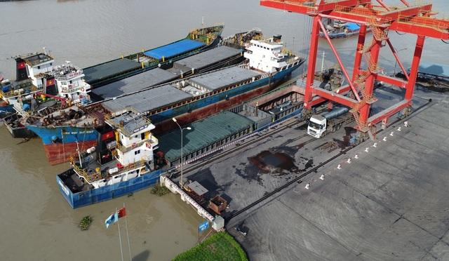 Cảng sông cạnh Nhà máy thép Hòa Phát giúp việc xuất khẩu thép của Tập đoàn Hòa Phát đi thuận lợi