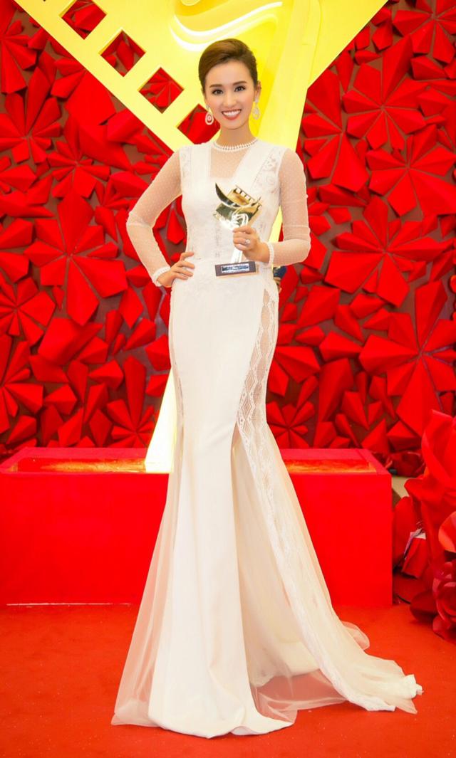 Lã Thanh Huyền cười tươi hết cỡ sau khi nhận giải Nữ diễn viên chính xuất sắc nhất phim truyền hình của giải Cánh diều 2016.