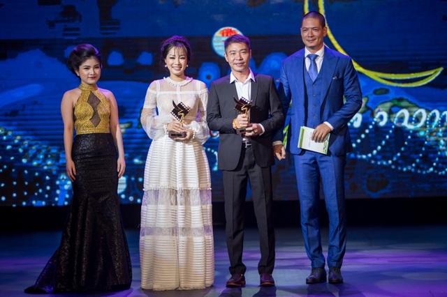 Diễn viên Bình Minh cùng nữ đồng nghiệp trao giải Nam - Nữ diễn viên phụ xuất sắc nhất của phim truyền hình dành cho Minh Hương và NSƯT Công Lý.
