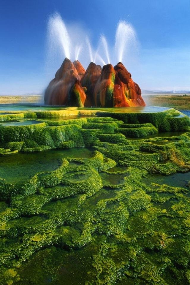 """Có lẽ các nhà làm phim đã lấy cảnh tượng ở """"Fly Geyser"""", Nevada, Mỹ để làm cảm hứng cho những thước phim viễn tưởng về sao Hỏa."""