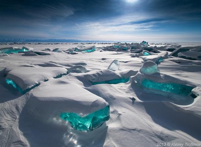 Hồ Baikal, Nga là hồ nước ngọt lớn nhất thế giới. Vào mùa đông, mặt nước bị đóng băng do tác động của không khí lạnh giá đã khiến khung cảnh ở nơi đây trông không khác gì xứ sở của bà chúa tuyết trong các câu chuyện cổ tích.