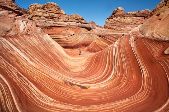 Hẻm núi The Wave là một trong những địa điểm du lịch nổi tiếng nhất của bang Arizona, Mỹ. Chính tác động của mưa và gió mạnh qua hàng triệu năm đã tạo nên cảnh quan lòng chảo với những đường gợn sóng có một không hai ở nơi đây.