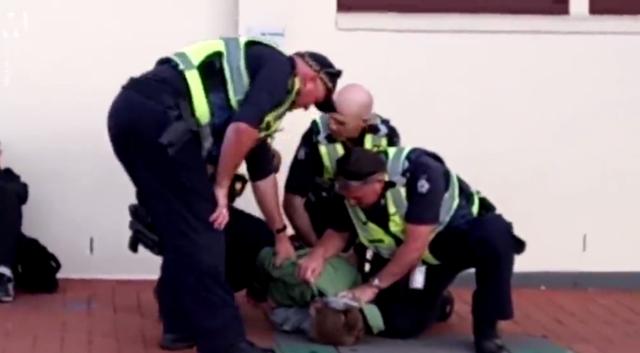 Clip 4 cảnh sát lực lưỡng vây bắt 1 đứa trẻ 12 tuổi khiến người qua đường nổi giận - 1