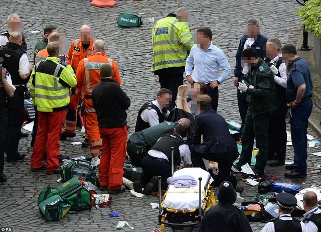 5 người đã thiệt mạng, bao gồm một sĩ quan cảnh sát và nghi phạm, và khoảng 40 người khác đã bị thương sau vụ tấn công ở London. Trong ảnh: Một nạn nhân được cấp cứu khẩn cấp sau khi vụ tấn công xảy ra (Ảnh: PA)