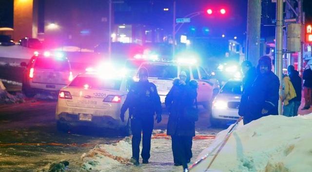 Các nhân viên cảnh sát có mặt tại hiện trường vụ tấn công ở Quebec (Ảnh: Reuters)