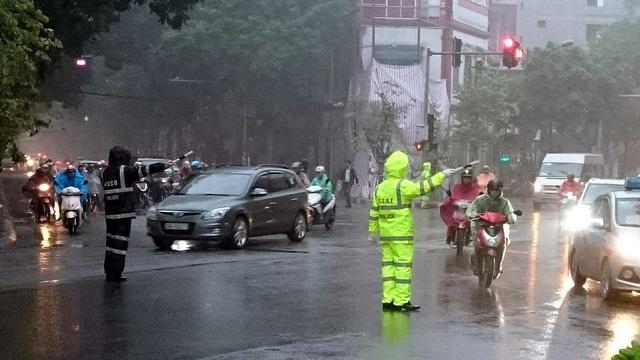 Cảnh sát cơ động phối hợp với Cảnh sát giao thông làm nhiệm vụ phân luồng, điều tiết giao thông sáng 10/1.