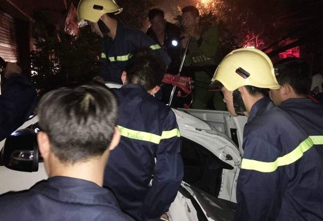 Lực lượng chức năng phải dùng kìm cộng lực, panh thủy lực... giải cứu nạn nhân. Sau gần 20 phút, lực lượng chức năng đã đưa được các nạn nhân ra ngoài.