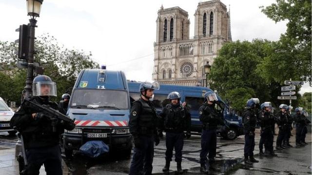 Cảnh sát Pháp phong tỏa nhà thờ Đức bà sau vụ tấn công (Ảnh: Reuters)
