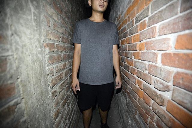 Ngõ 14 phố Ngõ Gạch được cho là con ngõ có chiều rộng nhỏ nhất ở Hà Nội. Nơi hẹp nhất của ngõ chỉ rộng chưa đầy 50cm. Khó có thể tin rằng con ngõ rộng chỉ đủ một người chui lọt này lại dẫn vào nơi sinh sống của gần chục hộ gia đình.