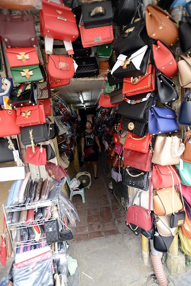 Một hộ gia đình tận dụng khoảng trống trong ngõ làm nơi bán hàng trên phố Hàng Đào.
