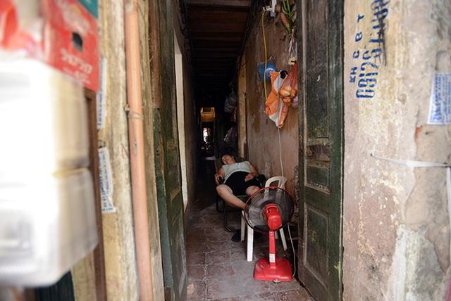 Nhà nhỏ không có chỗ ngả lưng nên việc nằm ngủ giữa ngõ không phải là chuyện hiếm ở phố cổ.