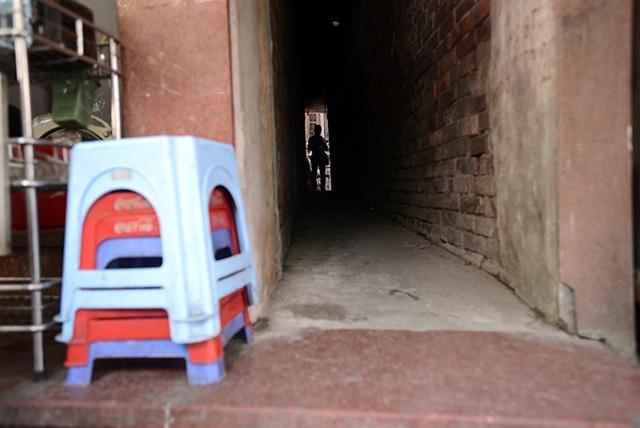 Cũng bởi chiều rộng ngõ quá nhỏ mà toàn bộ xe máy của các hộ gia đình sinh sống trong ngõ này đều phải đem đi gửi. Nếu có hai người cùng đi ngược chiều trong ngõ thì một người bắt buộc phải đi lùi bởi ngay cả việc quay người trong ngõ cũng không hề dễ dàng.