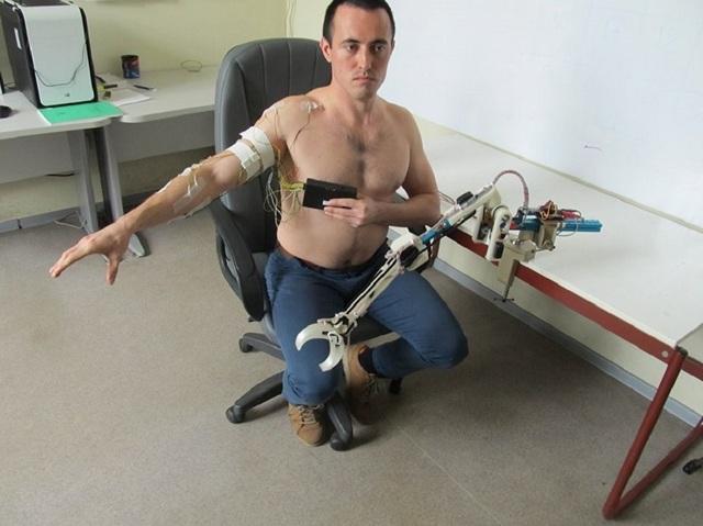 Thử nghiệm Balalaika với một cánh tay máy. Ảnh: Đại học Liên bang Immanuel.