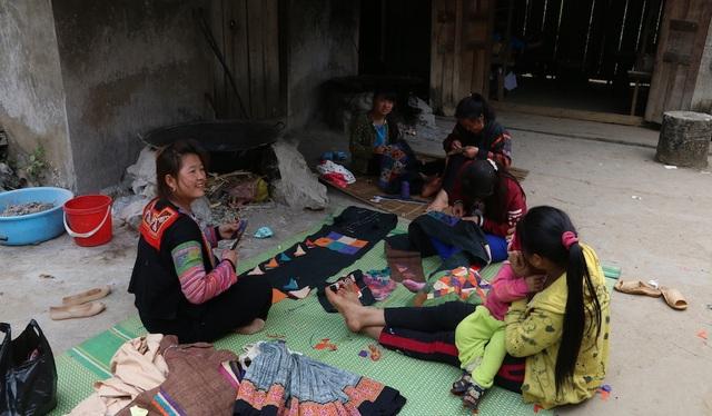 Trong các tour du lịch đến Hà Giang, làng dệt lanh Tám giờ là địa chỉ thu hút khách. Ở đấy, khác có thể gặp nghệ nhân Mai trong trang phục Mông cho dù thời tiết nắng nóng, đon đả mời khách xem hàng, giới thiệu các công đoạn, thậm chí còn dệt thử. Đây là một trong những phương pháp quảng bá hữu hiệu mà không tốn nhiều kinh phí.
