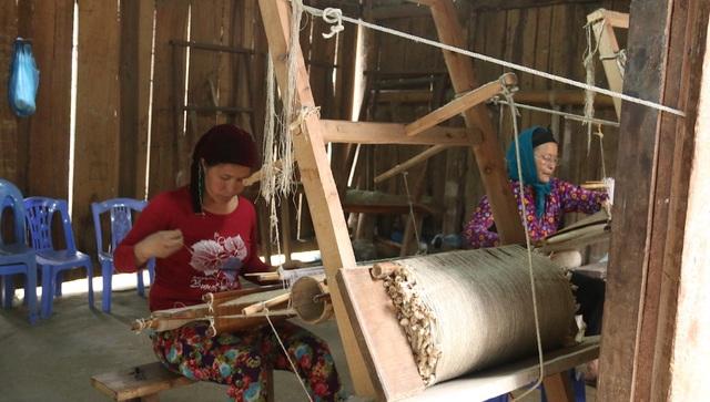 Là người sáng lập hợp tác xã vải lạnh truyền thống ở thôn Hợp Tiến, xã Lùng Tám (Quản Bạ, Hà Giang) từ những năm 2001. Ban đầu hợp tác xã chỉ có 10 người với mức thu nhập khoảng 600 nghìn đồng một tháng. Đến nay, hợp tác xã dệt lanh đã có hơn 100 lao động với mức thu nhập đạt từ 3 đến 9 triệu đồng một tháng.