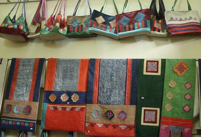 Toàn bộ sản phẩm dệt lanh đều được sản xuất từ nguyên liệu thiên nhiên, tốn công nhưng bền màu. Do toàn bộ quá trình làm bằng tay nên chi phí sản phẩm của lanh Lùng Tám cao hơn so với các vùng khác. Sản phẩm làm ra phong phú đa dạng về mẫu mã cũng như chủng loại, chất lượng.
