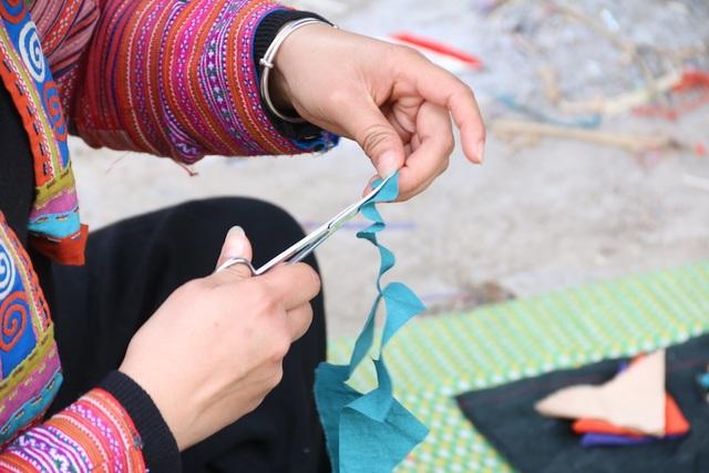 Gọi là vải lanh thổ cẩm do vải được làm từ sợi tước từ cây lanh, thổ cẩm là phần họa tiết và nhuộm màu trên vải. Vải được dệt, thêu từ chất liệu cây lanh địa phương với những nét hoa văn truyền thống của đồng bào Mông, có từ ngàn đời trên vùng cao nguyên đá Đồng Văn.
