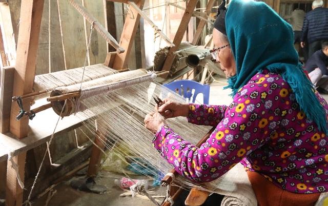 Những người theo bà Mai từ ngày đầu tiên khi thành lập hợp tác xã giờ cũng đã cao tuổi. Tuy nhiên họ vẫn là những lao động chính, nhiều người đã trở thành nghệ nhân với mức thu nhập cao so với với điều kiện kinh tế vùng cao.