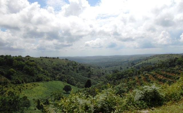 Nằm ở vị trí trung tâm tỉnh, cao nguyên rộng lớn chạy dài từ Bắc xuống Nam trên 90 km, từ Đông sang Tây 70 km.