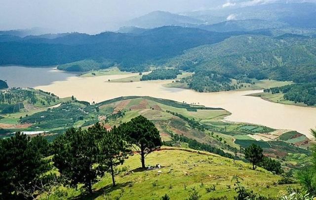 Cao nguyên Lâm Viên nổi tiếng về vẻ đẹp hùng vĩ gắn liền với truyền thuyết tình yêu của một đôi.