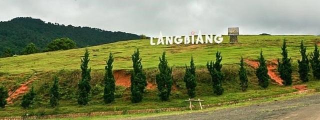 Vẻ đẹp kì bí của cao nguyên Lang Biang nhìn từ xa.