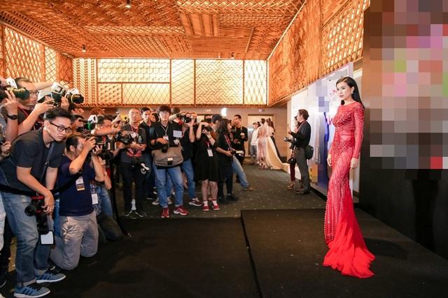 Cao Thái Hà chia sẻ, ngay khi bước vào thảm đỏ sự kiện, cô thấy khớp vì quá đông phóng viên, nghệ sĩ cùng hội ngộ. Tuy nhiên cô nhanh chóng lấy lại tinh thần và tự tin hơn nhờ trang phục đẹp mắt. Việc mặc gì xuất hiện vài phút ngắt ngủi trên thảm đỏ luôn là bài toán khó với mỗi nghệ sĩ.