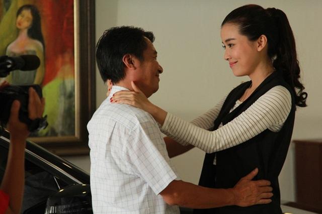 """Trong bộ phim """"Đồng tiền quỷ ám"""", người mẫu Kim Oanh vừa làm vợ hờ của ông bố Huỳnh Sơn Đồng vừa hẹn hò với ông con Huỳnh Bảo Lâm."""