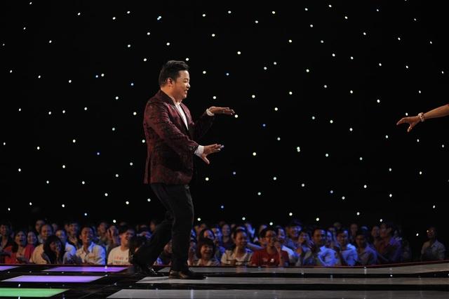 Quang Lê nhận mình là vũ công quốc tế, nhiệt tình múa Thái trên nền nhạc Cà phê miệt vườn.