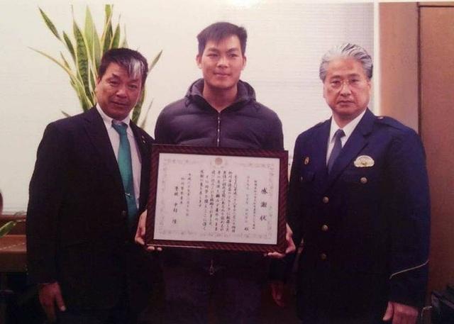 Đặng Văn Mong được Cảnh sát trưởng thành phố Yanagawa trao giấy khen cho tại hội trường tỉnh vào ngày 17/2 vừa qua.