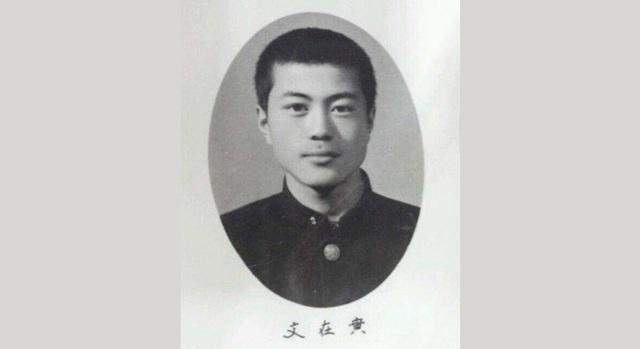 Trước khi ông Moon Jae-in chào đời vào tháng 1/1953, cha mẹ ông đã tị nạn từ Triều Tiên sang khu vực phía đông nam Hàn Quốc trong cuộc chiến tranh liên Triều. Ông Moon từng nói rằng gia đình ông khi đó rất khó khăn và cha mẹ ông đã phải làm việc suốt ngày đêm nhưng vẫn không đủ ăn. Ngay từ khi còn nhỏ, cậu bé Moon đã phải xếp hàng để chờ xin bột ngô và sữa do các nhà thờ Công giáo phát miễn phí cho người nghèo. Khi còn là học sinh trung học ở Busan, ông Moon đã bắt đầu nhận thức được tình trạng bất bình đẳng giàu nghèo trong xã hội khi chứng kiến sự giàu có của các bạn học cùng lớp. Trong ảnh: Ông Moon tốt nghiệp trường cấp 3 Gyongnam tại Busan năm 1971. (Ảnh: Korea Times)