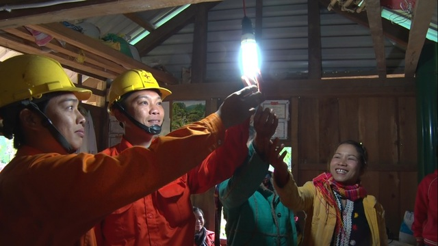 Sau bao nhiêu năm trời sống trong bóng tối, người dân tại các bản xa xôi nhất của tỉnh Quảng Trị đã được sử dụng lưới điện Quốc gia
