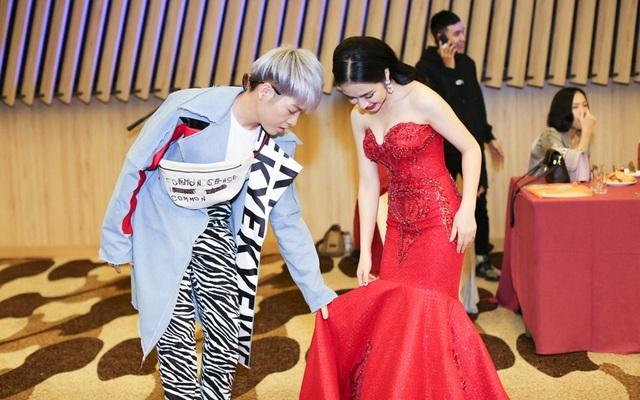 Nam ca sĩ còn rất ga lăng chỉnh váy cho ca sĩ Hòa Minzy