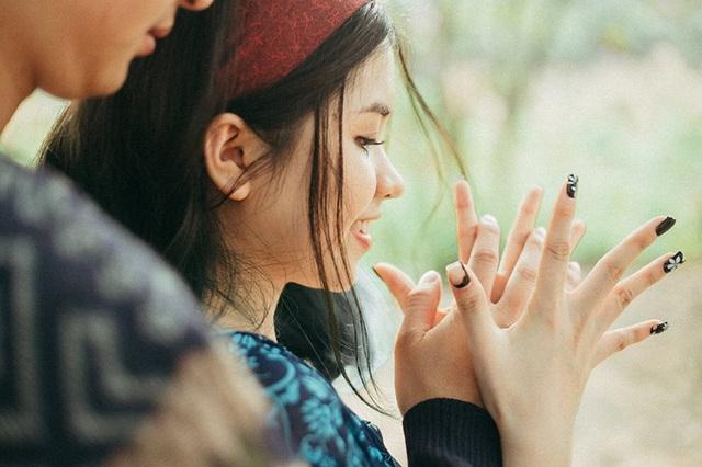 Cặp đôi quen nhau qua một người bạn chung. Từ lúc nhận lời yêu cho tới nay được hơn 3 năm cũng là bằng ấy thời gian hai người luôn phải sống xa nhau. Khi thì chàng học ở Hà Nội, nàng học ở Quảng Ninh, nay nàng học ở Hà Nội, chàng lại về Quảng Ninh làm việc.