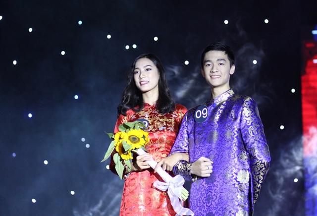 Cặp đôi đại sứ Nguyễn Tùng Lâm và Nguyễn Thanh Tâm sải bước trình diễn trang phục truyền thống