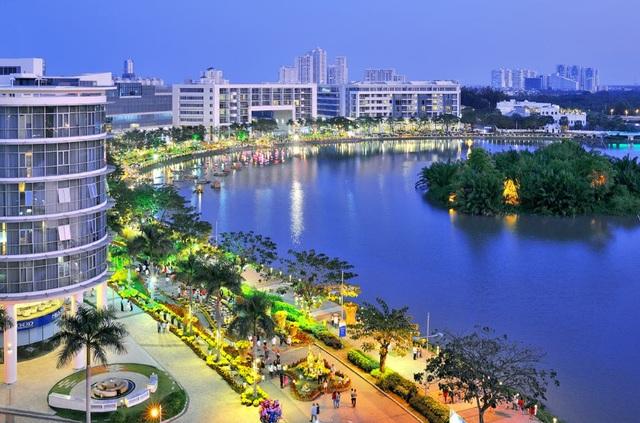 Phố đi bộ Hồ Bán Nguyệt thu hút hàng trăm ngàn khách mỗi tuần đến vui chơi, sử dụng dịch vụ