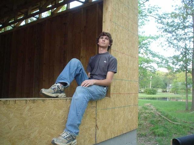 Họ học cách dựng khung một ngôi nhà.