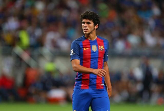 Barcelona gia hạn hợp đồng với Carles Alena