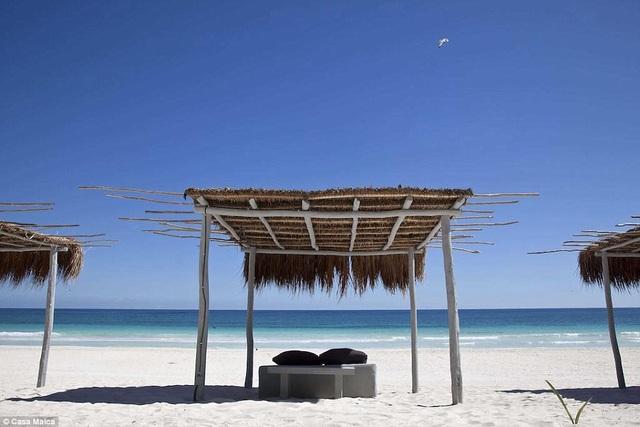 Khách sạn gồm 35 phòng với nhiều căn có tầm nhìn hướng về phía bãi biển tư nhân